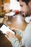 Конец-вверх бизнесмена используя цифровую таблетку в столовой Стоковое Изображение RF