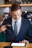 Конец-вверх бизнесмена используя цифровую таблетку в café Стоковая Фотография RF