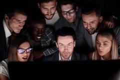 Конец-вверх бизнесмена и дело объединяются в команду смотрящ монитор компьютера стоковое изображение
