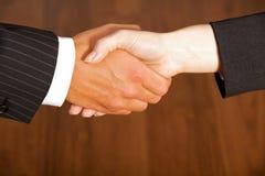 Конец-вверх бизнесмена и женщины тряся руки в офисе Стоковое Фото