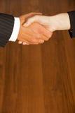 Конец-вверх бизнесмена и женщины тряся руки в офисе Стоковая Фотография RF