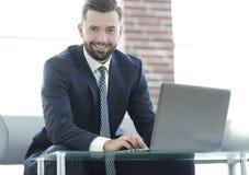 Конец-вверх бизнесмена работая на компьтер-книжке Стоковое фото RF
