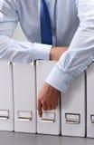 Конец-вверх бизнесмена с папками офиса Стоковые Фотографии RF
