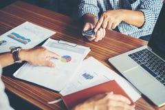 Конец-вверх бизнесменов команды обсуждая финансовый план на Стоковые Фото
