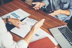 Конец-вверх бизнесменов команды обсуждая финансовый план на Стоковое Изображение