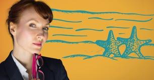 Конец вверх бизнес-леди думая против голубого doodle пляжа против желтой предпосылки Стоковое Фото
