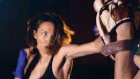 Конец-вверх боксера девушки ударяя перчатки фокуса 4K акции видеоматериалы