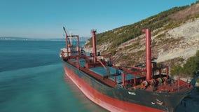 Конец-вверх большого красного положения грузового корабля в неподвижной воде около береговой линии съемка Морские ландшафты сток-видео