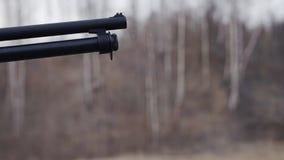 Конец-вверх бочонка корокоствольного оружия во время съемки Медленное воспроизведение Конец-вверх оружий на стрельбище акции видеоматериалы