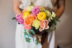 Конец-вверх букета в руках флориста в платье стоковые изображения rf