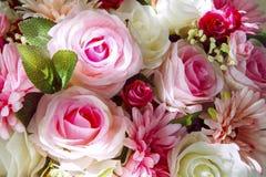 Конец вверх букета искусственных цветков аранжирует для украшения в доме стоковое изображение rf