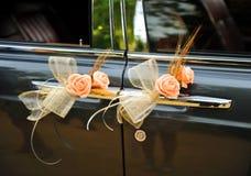 Конец-вверх букета роз на автомобильной двери для свадьбы Стоковые Изображения