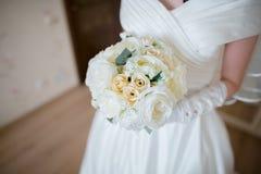 Конец-вверх букета свадьбы в руках невесты Стоковые Изображения