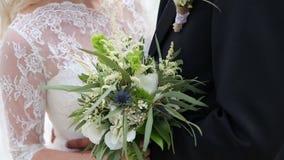 Конец-вверх букета свадьбы bohho в руках жениха и невеста видеоматериал