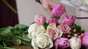 Конец-вверх букета схода флориста в цветочном магазине видеоматериал