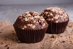 Конец-вверх 2 булочки шоколада с гайками на предпосылке таблицы Пирожные шоколада домодельное печенье Стоковое Фото