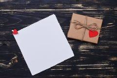 Конец-вверх бумаги подарочной коробки коричневой обернутой с веревочкой над grunge w Стоковая Фотография