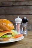 Конец-вверх бургера в плите Стоковое Изображение