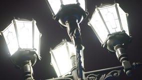 Конец-вверх великолепного старого фонарика который накаляет вечером Конец уличного света вверх по нижнему взгляду в центре города стоковые изображения rf