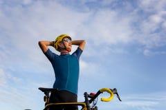 Конец вверх велосипед положения человека велосипедиста ослабляет с велосипедом в th стоковое изображение rf