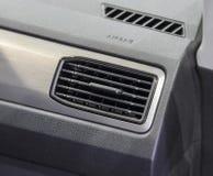 Конец вверх вентиляционного отверстия sqare роскошного автомобиля стоковые изображения rf