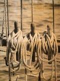 Конец-вверх веревочки ` s корабля на старом деревянном парусном судне в ретро взгляде Стоковые Изображения