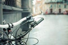Конец-вверх велосипеда на улице города Красивая винтажная городская предпосылка Стоковые Фото