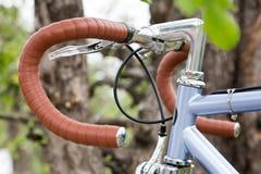 Конец-вверх велосипеда рулевого колеса outdoors ретро тип Стоковое фото RF