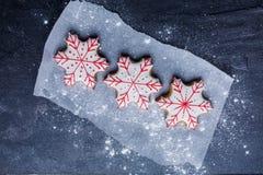 Конец-вверх, взгляд сверху, печенья рождества в форме снежинок Стоковое Фото
