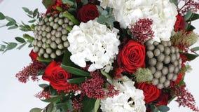 Конец-вверх, взгляд сверху, букет цветка, вращение на белой предпосылке, флористический состав состоит из гортензии, поднял сток-видео
