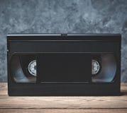 Конец-вверх видео- кассеты на деревянной полке Стоковые Фотографии RF