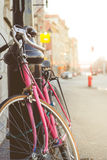 Конец вверх винтажного велосипеда с нерезкостью Backgro космоса экземпляра красочной Стоковое Изображение RF