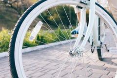 Конец-вверх винтажных колес велосипеда с белыми автошинами и reflecto Стоковое Изображение