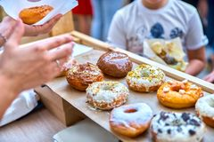 Конец-вверх вкусных испеченных donuts с застеклять и ягод в sunli Стоковые Фото