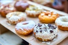 Конец-вверх вкусных испеченных donuts с застеклять и ягод в sunli Стоковые Изображения RF