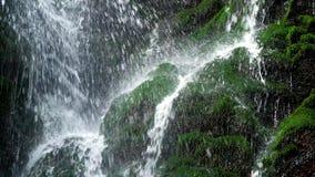 Конец-вверх водопада в утесах сток-видео