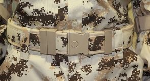Конец вверх воинской коричневой пластичной пряжки пояса Стоковые Фотографии RF