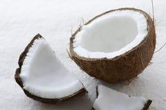 Конец вверх всего сырцового кокоса треснул открытое стоковая фотография rf