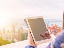 Конец вверх вскользь руки женщин держит передвижной smartphone в кафе, s стоковое фото
