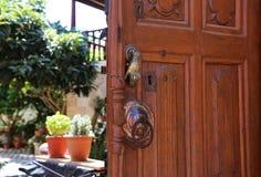 Конец-вверх входной двери с knocker Стоковое Изображение RF