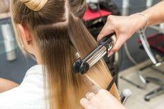 Конец-вверх выправлять парикмахера стоковые фотографии rf