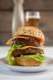 Конец-вверх гамбургера в плите Стоковые Фото