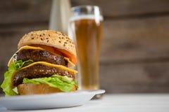 Конец-вверх гамбургера в плите Стоковые Изображения