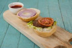 Конец-вверх гамбургера и соуса на прерывая доске Стоковое Фото
