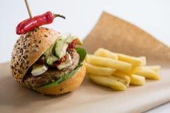 Конец вверх гамбургера с jalapeno французскими фраями Стоковое фото RF