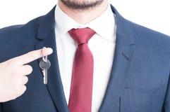 Конец-вверх галстука агента недвижимости показывая пользоваться ключом Стоковое Фото