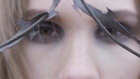 Конец-вверх глаз молодой женщины через колючую проволоку E Концепция моды красоты акции видеоматериалы