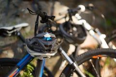 Конец-вверх горного велосипеда в лесе Стоковые Изображения RF