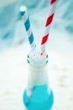 Конец вверх голубого холодного освежая питья лета с соломами Стоковое Изображение