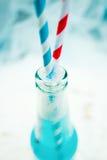 Конец вверх голубого холодного освежая питья лета с соломами Стоковые Изображения RF